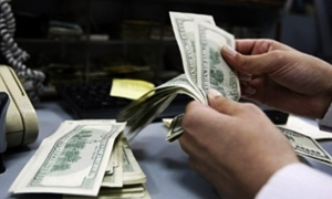 التحويلات المالية الخارجية تفوق عمليات المركزي التدخلية.. استاذ جامعي: استلام الحوالات بالليرة خسارة وخطأ اقتصادي كبير