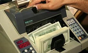 المركزي يخفض الحد المسموح بيعه من القطع الأجنبي عبر المصارف إلى 500 دولار شهرياً