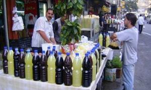 تقرير: اقبال كبير من المواطنين على العصائروفوضى وارتفاع في الأسعار ..وزجاجة العصير بـ300 ليرة