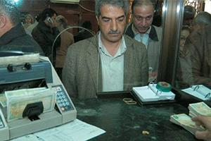 المصرف التجاري يبقي عمليات السحب والإيداع ويخفض عدد موظفيه