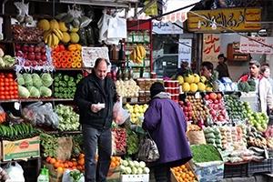 كيلو الفراولة بألفين ليرة .. وأسعار باقي الخضار والفواكه مستقرة في الأسواق السورية