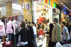 جنون الأسعار يرفع أعداد المتفرجين على واجهات المحلات في سورية..مواطنون ( العين بصيرة واليد قصيرة)