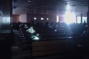 ماذا حدث في كلية الاقتصاد بجامعة دمشق.. امتحان على ضوء أجهزة الليزر والموبايل!!