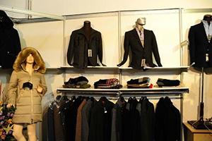 في معرض دمشق الدولي.. صناعيو الألبسة السوريون يوقعون عقود تجارية مع شركات عربية وأجنبية