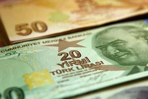 الليرة التركية تفقد 15 بالمئة أمام الدولار خلال شهر واحد.. واستمرار الهبوط قد يمحو احتياطيات البنوك