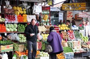 التجار يرفعون الأسعار قبيل شهر رمضان .. ووزير التموين يطالبهم بـ ''التصدق'' على المواطن!!