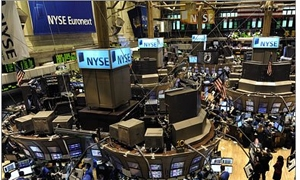 الأسهم الأمريكية تغلق منخفضة وتختم الاسبوع على صعود