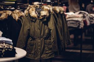 أسعار الألبسة الشتوية في سوريا تقفز ثلاث أضعاف..ومطالبات بتنزيلات بـ70% مع بداية الموسم