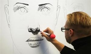 رسام نمساوي يستخدم الروبوت لرسم لوحة في ثلاث مدن بوقت واحد