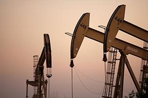 النفط يقفز 2% مع خفض إنتاج أوبك وتراجع الدولار