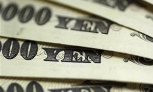 الين يقترب من أقل مستوى في 33 شهرا أمام الدولار